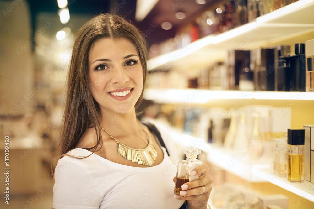 Fototapety, obrazy: Smiling girl inside a perfumery