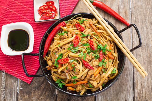 Chinese food on wok Lerretsbilde