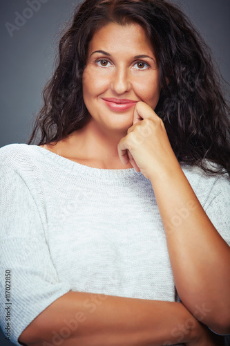 Fotografía  Smiling Young Woman Looking On Grey Background