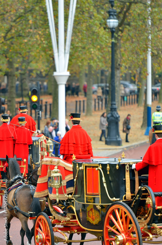 Carta da parati Changing of the guard in Buckingham Palace...