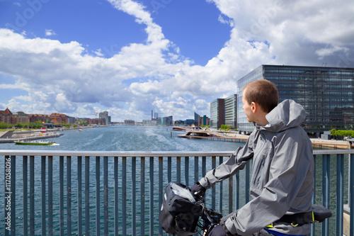 Photo  Mann fährt Fahhrad in Kopenhagen / Dänemark