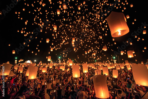 Fotografie, Obraz  CHIANG MAI, THAILAND - NOVEMBER 8, 2014:  Visitors are launching colorful lanterns in Loykratong festival at Chiangmai, Thailand