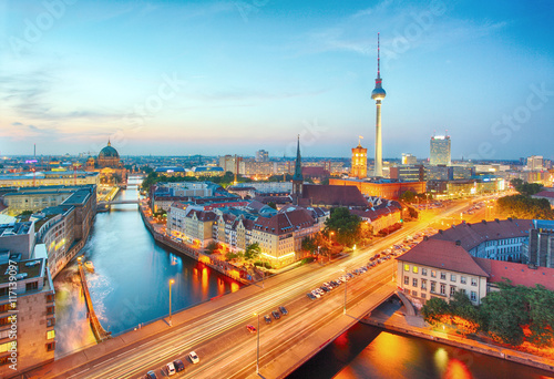 oswietlony-pejzaz-miejski-berlina-z-wieza-telewizyjna-w-tle-zdjecie-wykonane-wieczorowa-pora