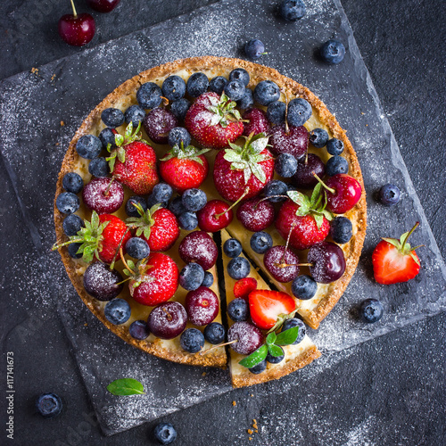 Αφίσα cheesecake with fresh summer berries