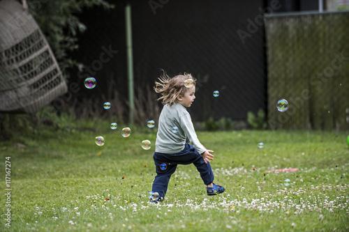 Photo  Kleiner fröhlicher junge mit Seifenblasen