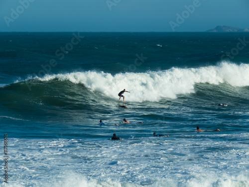 Surfista na onda do mar