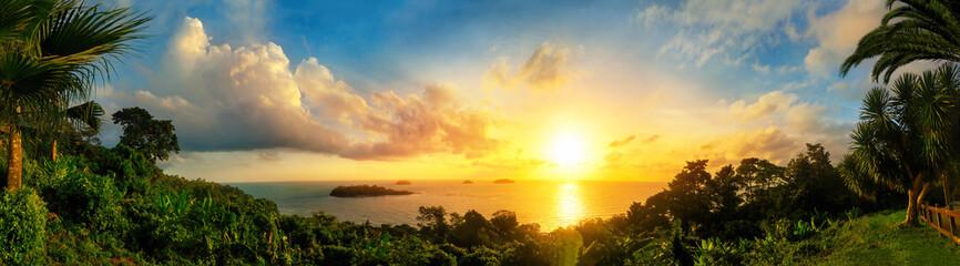 FototapetaPanorama von einem bunten Sonnenuntergang am Meer