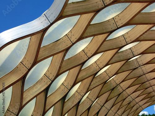 Fotografia  Wooden honeycomb geometric pattern against blue sky