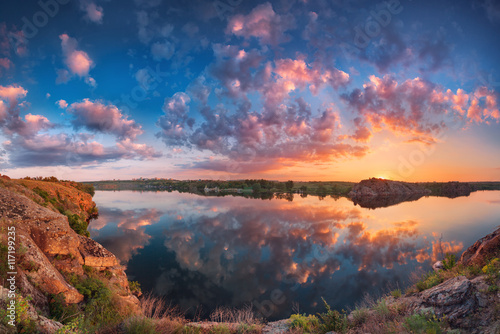 Photo  Beautiful panoramic landscape with colorful cloudy sky, lake and mountains