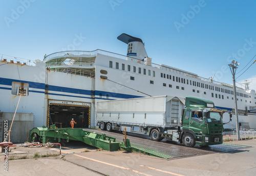 Fotografía  フェリーボートから下船する大型トラック