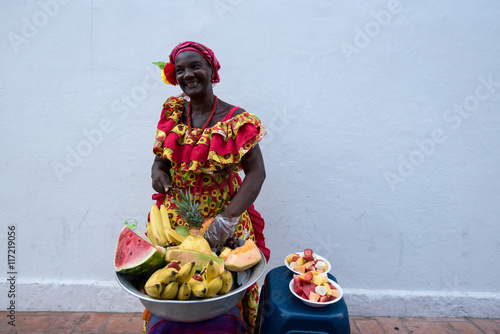 Fotografía  Woman sells fruits in the streets of Cartagena Colombia