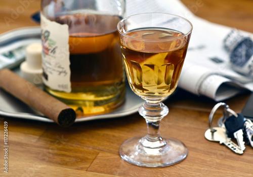 Fototapeta Sherry in Likör - Sherryglas auf Holztisch / Foodstyling / Gentlemens Club