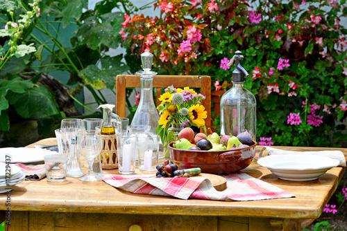 Foto  Ländlich gedeckter Tisch im Garten
