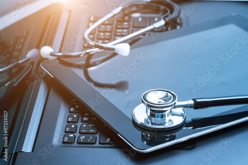 srebrny-stetoskop-lezacy-na-laptopie-stonowany