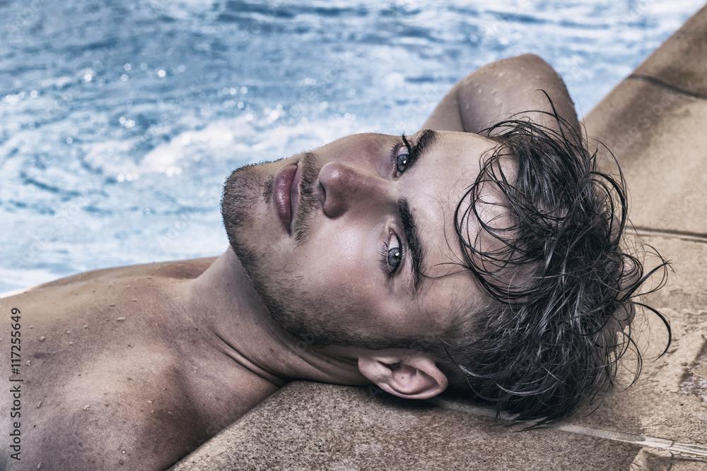 Fototapeta Hombre guapo en la piscina