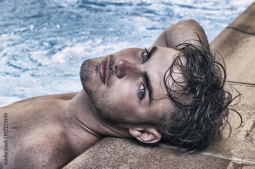 Fotografía  Hombre guapo en la piscina