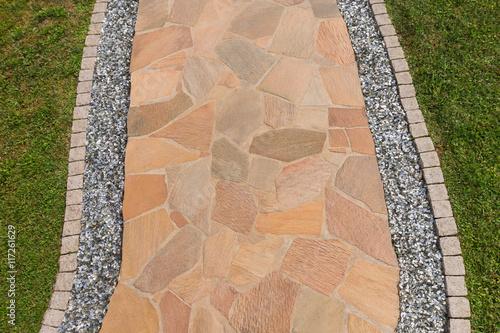 Berühmt Gartenweg aus Natursteinplatten und Einfassung aus Pflastersteinen #VE_72