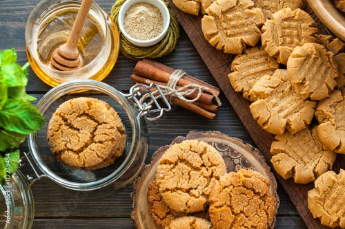 Foto op Canvas Koekjes peanut butter and honey cookies on a dark wood background. selective focus