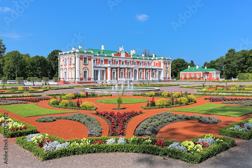 Fotomural  Kadriorg Palace and flower garden with fountains in Tallinn, Estonia