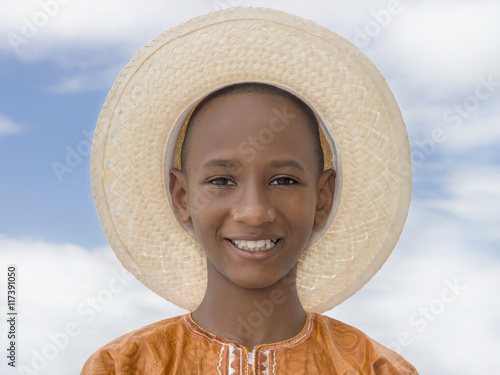 Photo Smiling boy wearing a boater straw hat