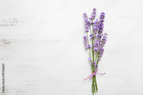 Photo sur Aluminium Lavande Bundle of lavender on old wooden board painted white.
