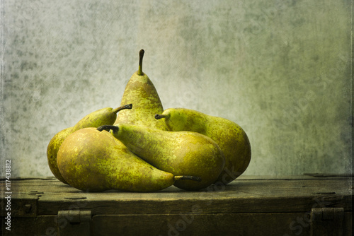 Fotografía  Fruit still life with pears on wooden table