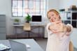 canvas print picture - lachende frau im büro streckt die arme nach vorne