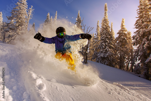 Fotografia  Snowboarder doing a toe side carve