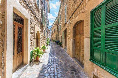 Door stickers Narrow alley Traumhaft schöne Gasse in dem malerischen Soller in Mallorca