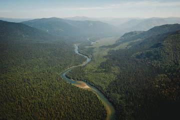 Widok z góry na las tajga i rzekę. Ogromne przestrzenie Eas