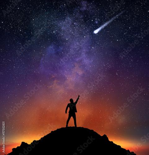 biznesmen-wskazuje-spadajaca-gwiazde