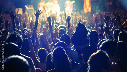 Photo a large crowd of people at a concert