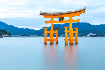Fototapeta Do sushi baru floating torii Miyajima Hiroshima