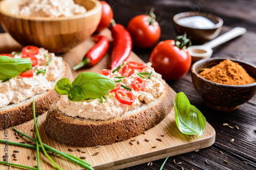Valokuva  Creamy curd spread with chili, ground cumin, chive and basil