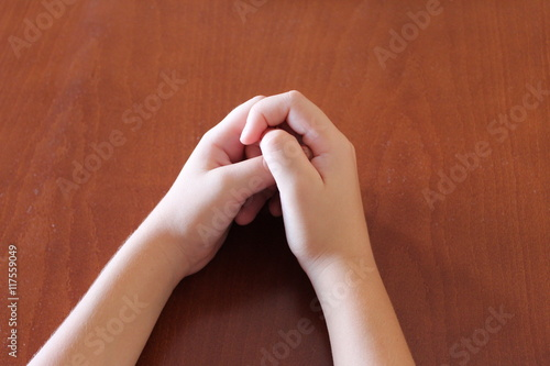 hands on the table,bonded fingers,wooden furniture,two arms,body parts,children' Slika na platnu