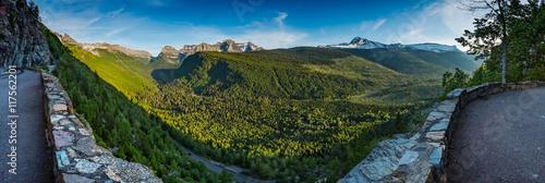 Valokuva  Panorama Overlooking Valley Below Logan Pass