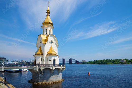 Foto op Plexiglas Kiev The Church of St. Nicholas on the waters, sunny summer day. Kiev, Ukraine