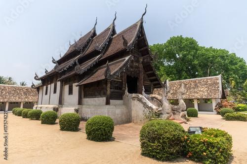 In de dag Bedehuis Wat Ton Khen, old wooden temple in lanna style, Chiang Mai, Thai