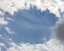 Wolkenformation Bildet Rahmen Um Blauen Himmel