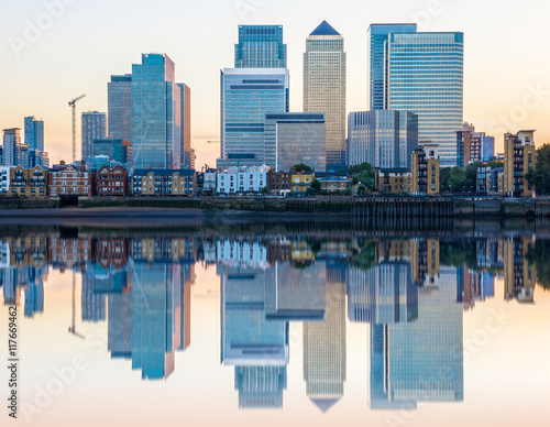 Obraz Canary Wharf, financial hub in London at sunset - fototapety do salonu