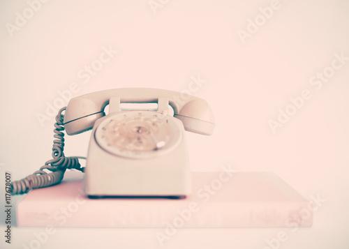Vintage różowy telefon na książki