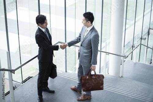 Fotografía  Two businessmen are shaking hands