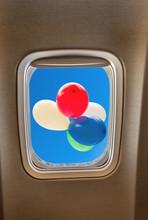 Ballons Multicolores Derrière Hublot D'un Avion Long-courrier, Concept Voyages Vacances