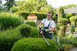 Leinwanddruck Bild - Gärtner bei Gartenarbeit