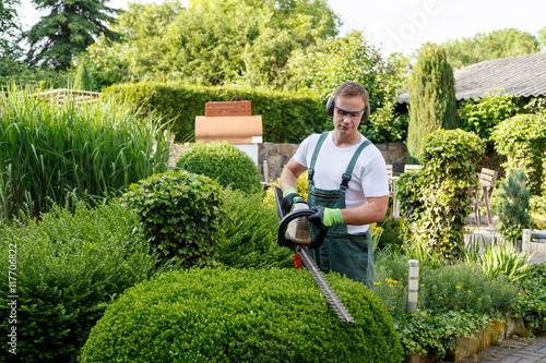 Fototapeta Gärtner bei Gartenarbeit
