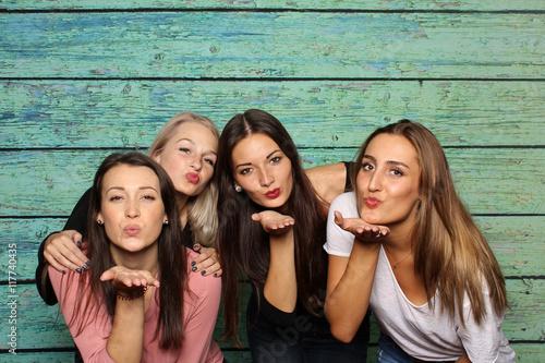 Fotografia  4 Mädchen machen Pusteküsse in eine Fotobox - 4 Freundinnen mit Photobooth