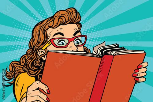 Młoda dama czyta książkę