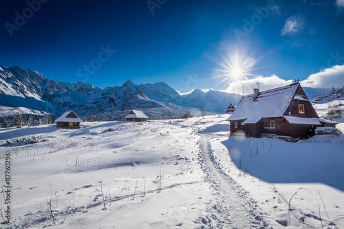 Zdjęcie XXL Mała halna chałupa w zimy dolinie przy zmierzchem, Polska