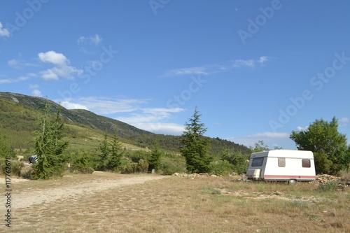 Fotografering  verlaten caravan in natuurgebied van de Verdon