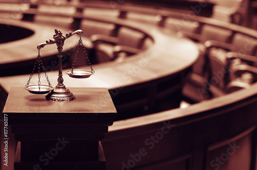Photo  Decorative Scales of Justice in the Courtroom